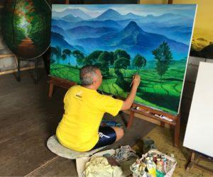 Andi saat melukis di studionya./rnz-seni.co.id