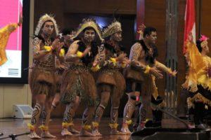 Delegasi Misi budaya Al-Izhar menampilkan Tari Muda - Mudi Papua/dok