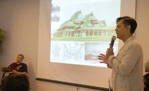 Tubagus Adhi memaparkan Arsitektur Kota Bandung/ Heritage